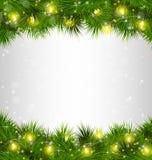 Gelbe Weihnachtslichter auf Kiefer verzweigt sich auf Grayscale stock abbildung