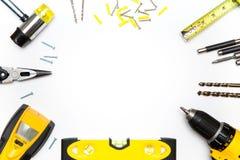 Gelbe Werkzeuge vereinbart im Kreis stockfoto
