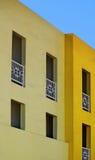 Gelbe Wohnungen und blauer Himmel Stockfotografie