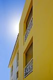 Gelbe Wohnungen und blauer Himmel Lizenzfreie Stockbilder