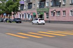 Gelbe Zebrastreifenmarkierungen Stockfotografie