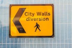 Gelbe Zeichen Stadtmauer-Ablenkung, Chester lizenzfreies stockbild