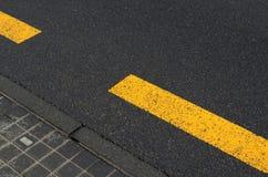 Gelbe Zeile auf Asphalt stockfotos