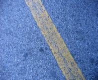 Gelbe Zeile auf der Straße Lizenzfreie Stockbilder