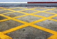 Gelbe Zeile auf der Straße Stockfotos