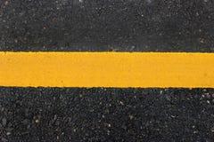 Gelbe Zeile auf Straße Stockbilder