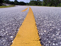 Gelbe Zeile in der Straße lizenzfreies stockbild