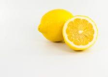 Gelbe Zitrone auf weißem Hintergrund Lizenzfreies Stockfoto