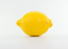 Gelbe Zitrone auf weißem Hintergrund Stockbilder
