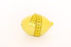 Gelbe Zitrone mit Maß Stockbild