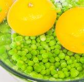 Gelbe Zitrone und Erbsen Lizenzfreie Stockbilder