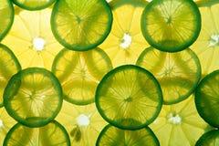 Gelbe Zitrone und grüne Kalkscheiben stockfotografie