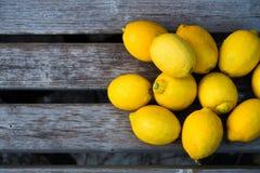 Gelbe Zitronen auf alter Holzbank Lizenzfreies Stockfoto