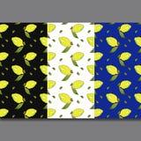 Gelbe Zitronenfr?chte mit den gr?nen Bl?ttern lokalisiert auf buntem Hintergrund in der sch?nen Art Muster lizenzfreie abbildung