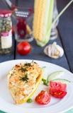 Gelbe Zucchini angefüllt mit Huhn und Gemüse, Tomaten auf einer weißen Platte Lizenzfreies Stockfoto