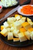 Gelbe Zucchini auf einer schwarzen Platte Lizenzfreie Stockbilder