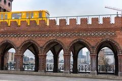 Gelben Berlins U-Bahn, das auf die Oberbaunum-Brücke fährt stockfotos