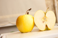 Gelber Apfel Lizenzfreie Stockfotos