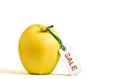 Gelber Apfel mit VERKAUFS-Marke Stockfotos