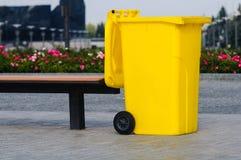 Gelber aufbereitenbehälter Stockfoto