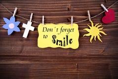 Gelber Aufkleber mit Leben-Zitat vergessen nicht zu lächeln Stockfotografie