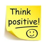 Gelber Aufkleber mit schwarzem Post-It - ` denken Positiv! `, Anmerkungshand geschrieben lizenzfreie abbildung