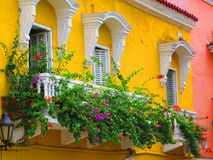 Gelber Balkon mit Blumen Stockbilder
