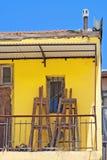 Gelber Balkon mit Gestellen Stockfoto