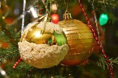 Gelber Ball des Weihnachten zwei, der am Weihnachtsbaum hängt Stockfotos