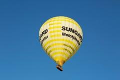 Gelber Ballon, der über Stockholm-Stadt fliegt Stockfoto
