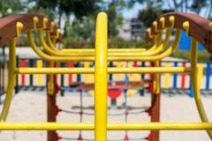 Gelber Bau am Spielplatz Stockfotografie