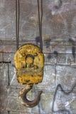 Gelber baumelnder Haken Lizenzfreies Stockbild
