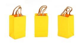 Gelber Beutel mit Käufen auf dem Weiß Stockfoto