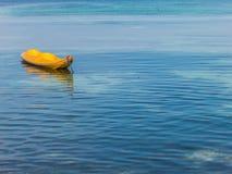 Gelber blauer Hintergrund des Kajaks und des freien Raumes See Lizenzfreie Stockfotografie
