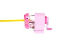 Gelber Bleistift im rosa Bleistiftspitzer Lizenzfreie Stockbilder