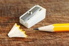 Gelber Bleistift mit Bleistiftspitzer Lizenzfreies Stockbild