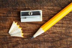 Gelber Bleistift mit Bleistiftspitzer Lizenzfreie Stockbilder
