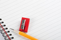 Gelber Bleistift-Rot-Bleistiftspitzer Stockfoto