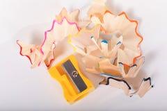 Gelber Bleistiftspitzer mit Schnitzeln Lizenzfreies Stockbild
