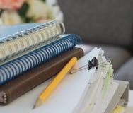Gelber Bleistiftstapel der Notizbücher des Dokuments Stockbilder