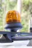 Gelber Blitzgeber mit dem Auto Stockfotos