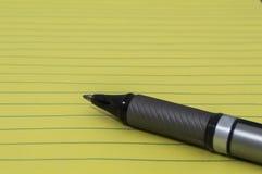 Gelber Block mit Stift 2 Lizenzfreie Stockfotos