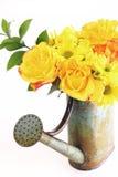 Gelber Blumenstrauß der Frühlings-Blumen in der Bewässerungs-Dose Lizenzfreie Stockfotografie