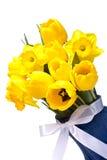 Gelber Blumenstrauß der Tulpen mit einem weißen Farbband Stockfotografie