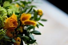 Gelber Blumenstrauß mit grüner Gartennelke, in der Zusammensetzung von Chrysanthemen, von Rosen und von gefärbten Körnern Stockbild