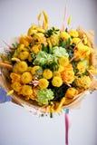 Gelber Blumenstrauß mit grüner Gartennelke, in der Zusammensetzung von Chrysanthemen, von Rosen und von gefärbten Körnern Lizenzfreie Stockfotografie