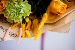 Gelber Blumenstrauß mit grüner Gartennelke, in der Zusammensetzung von Chrysanthemen, von Rosen und von gefärbten Körnern Lizenzfreie Stockbilder