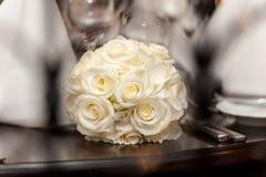 Gelber Blumenstrauß von Rosen auf hölzerner Tabelle lizenzfreie stockfotografie