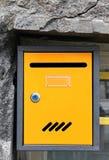 Gelber Briefkasten Stockfoto