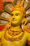 Gelber Buddha und Schlangen Stockfotografie